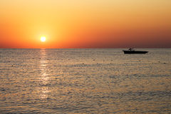 Barco da silhueta com nascer do sol bonito fotos de stock royalty free
