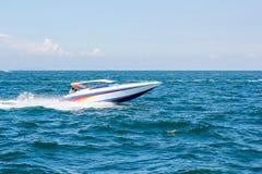 Barco da velocidade do barco no mar com beleza natural do céu Pattaya, Tailândia Foto de Stock