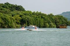 Barco da velocidade e prazer-barco alegremente-pintado Fotografia de Stock