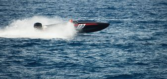 Barco da velocidade que cruza no oceano Fotos de Stock