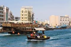 Barco de Abra que transporta a gente sobre el Dubai Creek Foto de archivo