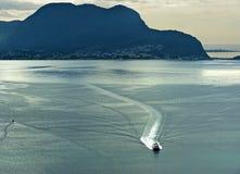 Barco de alta velocidad en una bahía Imagenes de archivo