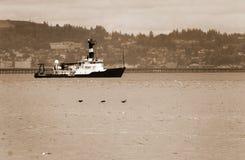 Barco de alto mar no rio Fotos de Stock Royalty Free