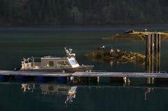 Barco de aluminio en el muelle, iluminado por el sol de la mañana foto de archivo libre de regalías