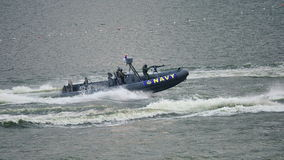 Barco de asalto que da la persecución durante NDP 2012 Imagenes de archivo