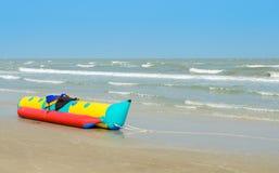 Barco de banana na praia Fotos de Stock Royalty Free