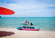 Barco de banana na praia da areia Fotos de Stock Royalty Free