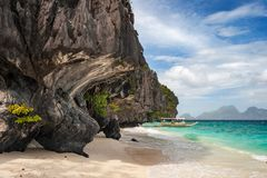 Barco de Banca en la playa de la isla de Entalula en la región del nido del EL de Palawan en las Filipinas fotografía de archivo