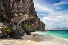 Barco de Banca na praia da ilha de Entalula na região do nido do EL de Palawan nas Filipinas fotografia de stock