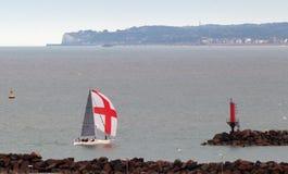 Barco de bandera inglés en el puerto Imagen de archivo libre de regalías