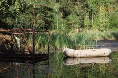 Barco de borracha ancorado Fotos de Stock Royalty Free
