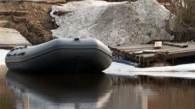 Barco de borracha inflável na água video estoque