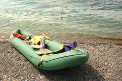 Barco de borracha na praia Fotografia de Stock Royalty Free