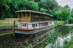 Barco de canal amarrado fotografía de archivo libre de regalías