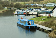 Barco de canal amarrado na bacia Fotos de Stock