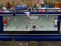 Barco de canal con el mapa de la tela en la celebración de 200 años del canal de Leeds Liverpool en Burnley Lancashire Foto de archivo