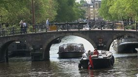 Barco de canal del barco que espera para que pasa cerca en un puente en Amsterdam almacen de video
