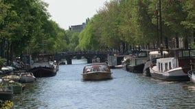 Barco de canal en el canal de Amsterdam metrajes