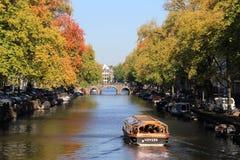 Barco de canal en otoño en Amsterdam, Holanda Imágenes de archivo libres de regalías