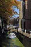 Barco de canal en otoño en la cerámica de Delft, Holanda Foto de archivo libre de regalías