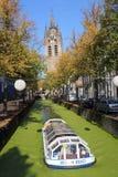 Barco de canal en otoño en la cerámica de Delft, Holanda Imágenes de archivo libres de regalías