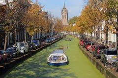 Barco de canal en otoño en la cerámica de Delft, Holanda Imagen de archivo libre de regalías