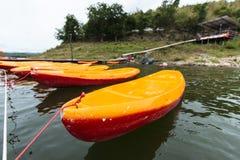Barco de Canu listo para el advanture con el lago Fotografía de archivo