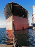 Barco de carga amarrado em uma porta Imagens de Stock Royalty Free
