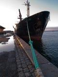 Barco de carga amarrado en un acceso foto de archivo