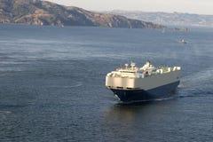 Barco de carga con la isla Fotografía de archivo