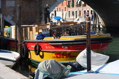 Barco de carga de DHL Venecia Fotografía de archivo libre de regalías