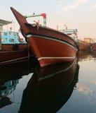 Barco de carga de madera grande en agua azul Imagenes de archivo