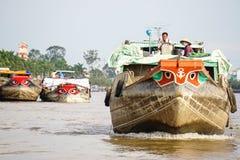 Barco de carga que corre en el río Mekong Imagen de archivo libre de regalías