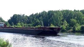 Barco de carga que flota en el río en día de verano en bosque del verde del fondo metrajes