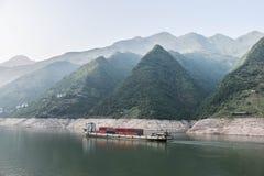 Barco de carga que navega abajo del río Yangzi en China Fotos de archivo