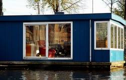 Barco de casa azul com poltrona vermelha fotos de stock