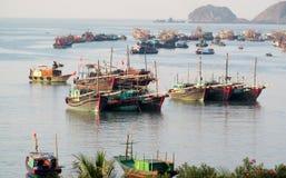 Barco de casa en bahía larga de la ha cerca de la isla de Cat Ba, Vietnam Imagen de archivo libre de regalías