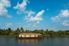 Barco de casa en los remansos de Kerala Imágenes de archivo libres de regalías