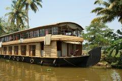 Barco de casa en los remansos de Kerala (la India) Fotos de archivo