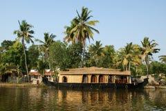 Barco de casa en los remansos de Kerala (la India) imágenes de archivo libres de regalías