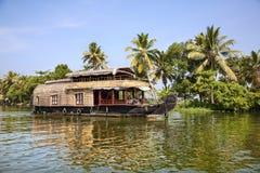 Barco de casa en remansos Foto de archivo