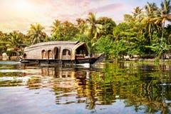 Barco de casa en remansos Imágenes de archivo libres de regalías