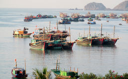 Barco de casa na baía longa do Ha perto da ilha de Cat Ba, Vietname Imagem de Stock Royalty Free