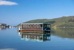 Barco de casa na lagoa de Knysna imagem de stock royalty free