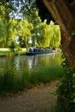 Barco de casa no rio   Imagens de Stock