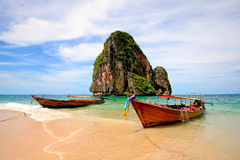 Barco de cauda longa na praia Fotografia de Stock