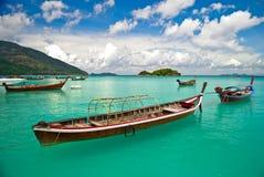 Barco de cauda longa perto do Koh LIPE Tailândia da praia de Bundhaya Fotografia de Stock Royalty Free