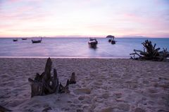 barco de cola larga en el mar Cielo azul y clound anaranjado Foto de archivo libre de regalías