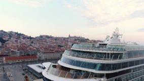 Barco de cruceros aéreo de la cantidad que ancla en el puerto de Lisboa almacen de video