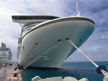 Barco de cruceros amarrado foto de archivo